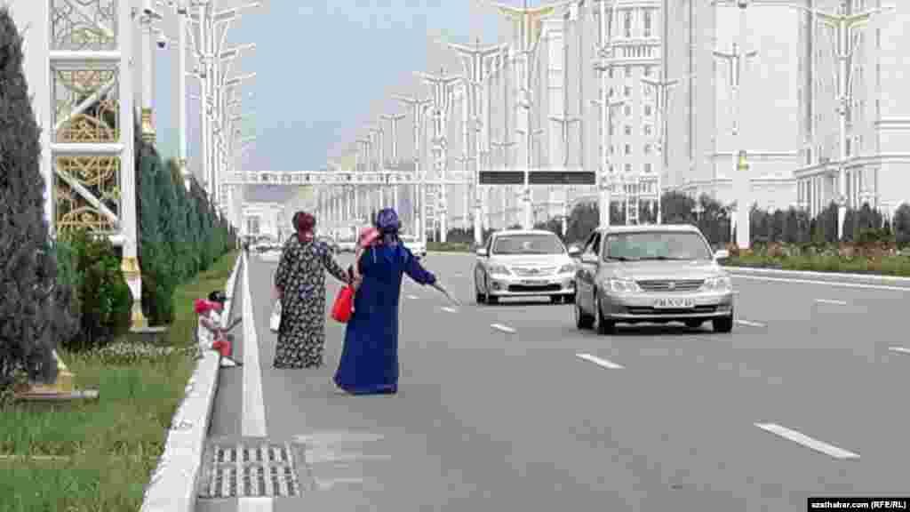 Aşgabatda taksi saklajak bolup duran raýatlar