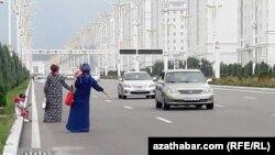 Aşgabatda taksi ýetmezçiligi güýçlenýär