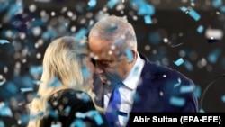 بنیامین نتانیاهو له خپلې مېرمنې سارا سره کله یې چې ګوند بریالی شو، دوی د جشن د لمانځلو په حال کې لیدل کېږي April 10, 2019