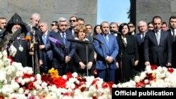Президент Армении Серж Саргсян и другие армянские лидеры в мемориальном комплексе Цицернакаберд. 24 апреля
