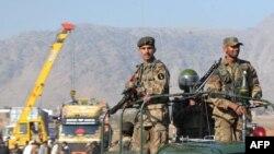 سربازان پاکستان در محل یک حمله انتحاری در شهر جمرود