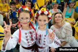 Донецк, 15 июня 2012 года. Юные болельщицы за Национальную сборную Украины по футболу во время «Евро-2012»