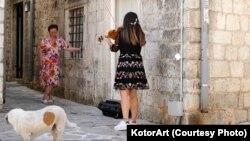 Posjetiteljki KotorArta na kućnom pragu performans izvodi violinistkinja Jelena Jovović