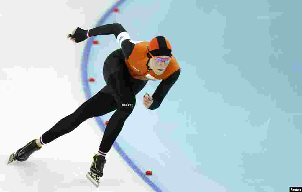 Jorien ter Mors of the Netherlands skates to a first-place finish in the women's 1,500-meter speed-skating race at the Adler Arena. Ter Mors set an Olympic medal and won gold. (Reuters/Issei Kato)