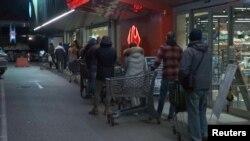 У крамницях покупці в черзі повинні перебувати на відстані не менше одного метра один від одного. Фото: черга в один із супермаркетів у Римі рано вранці після оголошення карантину по всій країні