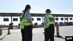 Данські митники на кордоні між Данією і Швецією