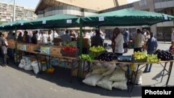 Armenia - Farmers sell fruits and vegetables at an agricultural market in Yerevan, 18Aug2012.