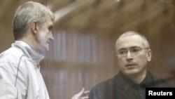 Платон Лебедев (слева) и Михаил Ходорковский в зале Хамовнического суда