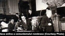 Gheorghe Gheorghiu-Dej și Mihail Sadoveanu votând în M.A.N Planul Cincinal pe anii 1951-1955, legea pentru apărarea patriei şi legea pentru anularea ratelor de împroprietărire (15 decembrie 1950)