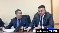 Адвокаты Ерлан Газымжанов и Аманжол Мухамедьяров (справа) в Есильском районном суде. Нур-Султан, 19 февраля 2020 года.