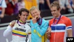 Александр Винокуров (ортада) Лондон олимпиадасында алтын медаль алған сәт. Лондон, 28 шілде 2012 жыл