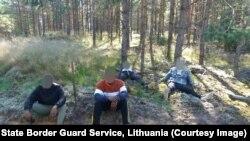 Слики на мигранти приведени на границата Литванија - Белорусија