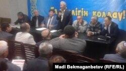 В зале собрания общественности, посвященного проблемам использования казахского языка как государственного. Алматы, 20 сентября 2014 года.