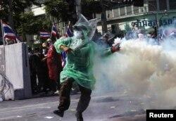 """Использование """"пинг-понговых"""" бомб против полицейских"""
