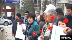A small group of opposition members gathered outside the Government House in Bishkek to mark the Aksy tragedy.