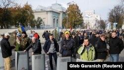 Оппозициялык партиялар кошулган нааразылык акцияга катышкандар 17-октябрда Жогорку Раданын имаратынын жанына чатырларды тигишкен.