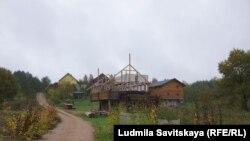"""Деревня Полеи, где базируется община """"Непоминающих"""""""