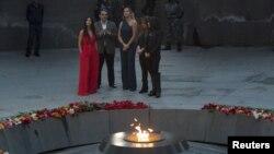 Ким Кардашян с сестрой Хлое в мемориальном комплексе жертв Геноцида армян Цицернакаберд, апрель 2015 г.