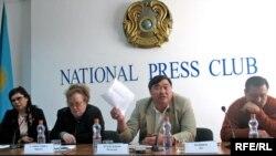 Политики Розлана Таукина, Ирина Савостина, Рамазан Есиргепов и Дос Кошим на пресс-конференции в Алматы. 2 октября 2008 года.