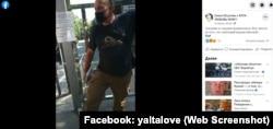 «Родина»-закрыто - Неизвестный, представившийся «представителем юридического лица», не пускает людей в парке через территорию санатория «Родина» в Гаспре, июль 2021 года (скрин со страницы группы «Ялта – любовь моя» в Facebook)
