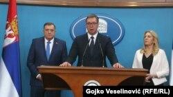 Presidenti serb, Aleksandar Vuçiq (në mes), presidentja e Republika Srpska, Zeljka Cvijanoviq (djathtas) dhe anëtari i presidencës trepalëshe të Bosnjës, Millorad Dodik (majtas). Banja Llukë 22 prill 2021.