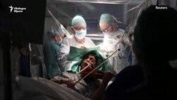 Цигуларка свири, докато й правят мозъчна операция