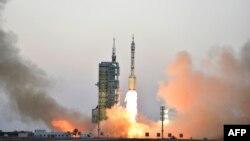 Старт ракеты с космическим кораблем «Шеньчжоу-11» с космодрома в северо-западной провинции Ганьсу. 17 октября 2016 года.