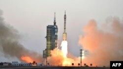 """Қытайдың """"Шэньчжоу"""" ғарыш кемесінің ғарышқа ұшырылу сәті. Цзюцюань айлағы, Гоби шөлі. 17 қазан 2016 жыл."""