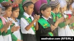Дети на празднике начала учебного года в школе. Ашгабат, 1 сентября 2011 года.