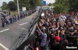Serbiya - Avropaya axın edən miqrantlar Macarıstanın qurduğu səddə etiraz edirlər