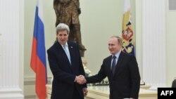 Державний секретар США Джон Керрі (ліворуч) під час зустрічі з президентом Росії Володимиром Путіним у Москві. 15 грудня 2015 року