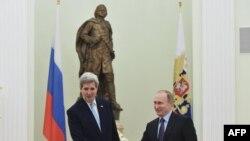 Державний секретар США Джон Керрі (л) під час зустрічі з президентом Росії Володимиром Путіним у Москві, 15 грудня 2015 року