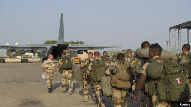 Trupe franceze urcând la bord spre Mali