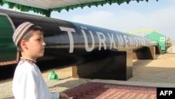 Türkmen ýetginjegi resmi dabara mahalynda, Şatlyk, maý, 2013.