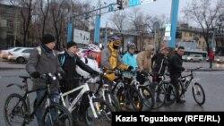 """""""Қыста жұмысқа велосипедпен барайық"""" акциясына қатысушылар. Алматы, 13 ақпан 2015 жыл."""