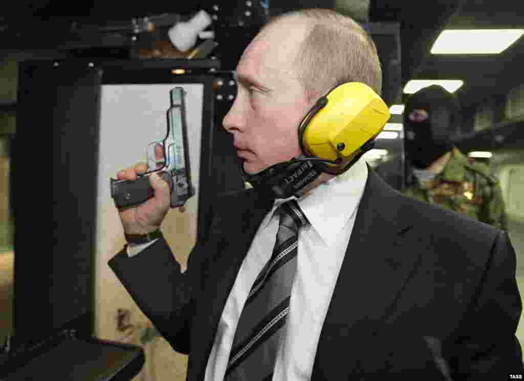 Во время посещения новой штаб-квартиры Главного разведывательного управления (ГРУ) Генерального штаба Вооруженных сил России. Ноябрь 2006 года.
