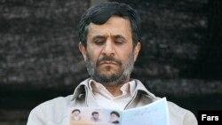 محمود احمدی نژآد دستور داده است تا مدراک تحصیلی مدیران دولتی مورد ارزیابی قرار گیرد.