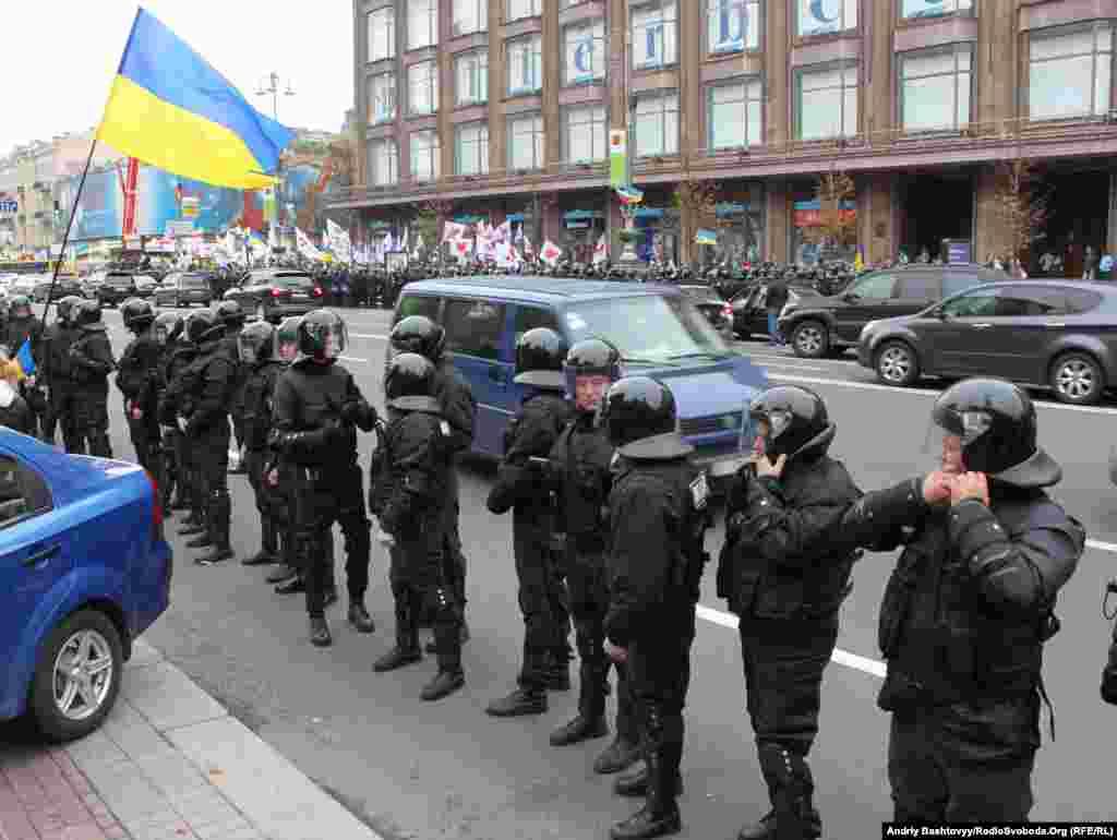 Проїжджу частину Хрещатика та вулицю Богдана Хмельницького оточили живою стіною.
