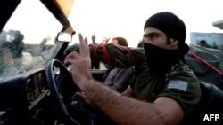 یکی از نیروهای پیشمرگه کرد عراقی در راه کوبانی