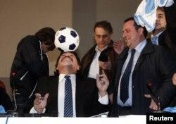 Ілюстрацыйнае фота. Дыега Марадона падчас прэс-канфэрэнцыі ў Нэапалі, 26 лютага 2013 году