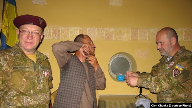 Амруддін (по центру) віддає пасмо бороди для аналізу ДНК