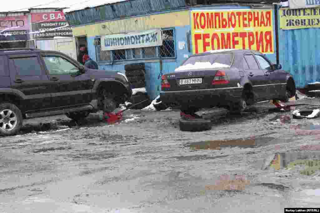 """Поток желающих """"переобуть"""" машины не иссякает, несмотря на грязь и слякоть."""
