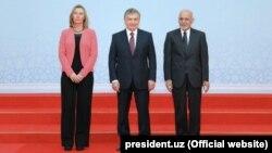Президент Узбекистана Шавкат Мирзияев (в центре), глава внешнеполитической службы ЕС Федерика Могерини и президент Афганистана Ашраф Гани. Ташкент, 27 марта 2018 года.