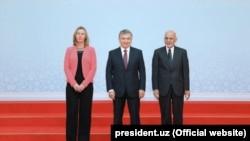 Shavkat Mirziyoyev (ortada), Ashraf Ghani (sağda) və Federica Mogherini tədbirdə