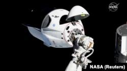 Crew Dragon во время стыковки с Международной космической станцией 3 марта 2019
