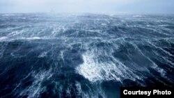 Вид на Каспийское море с нефтяной платформы.