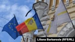 В Кишиневе в знак траура приспущены государственные флаги.