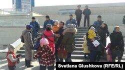 Депутаттарға арыз айтуға келген саяжай тұрғындарын полиция парламент ғимаратына кіргізбей тұр. Астана, 14 сәуір 2014 жыл.