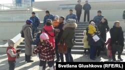 Владельцы изымаемых земельных участков пришли к парламенту для встречи с депутатами. Астана, 14 апреля 2014 года.
