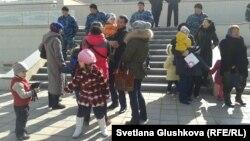 Парламентке баспана мәселелерін айтқалы келген тұрғындарды полиция өткізбеді. Астана, 14 сәуір 2014 жыл. (Көрнекі сурет)